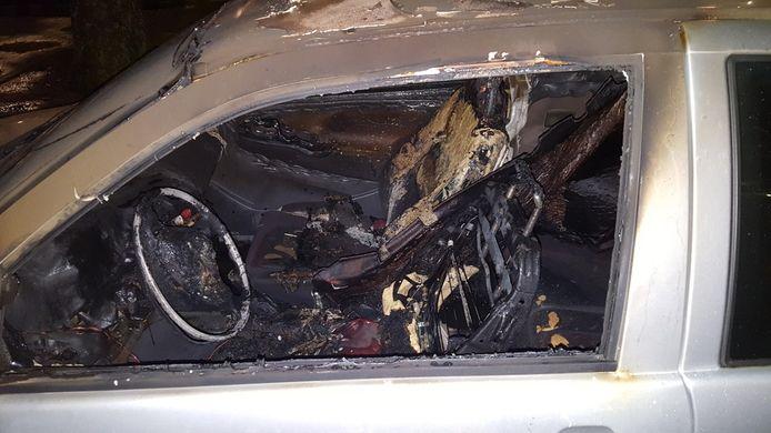 De uitgebrande auto van een bewoonster (71) van de Plejadenlaan in Bergen op Zoom. Raadslid Piet van den Kieboom wil een inzamelingsactie voor haar houden.