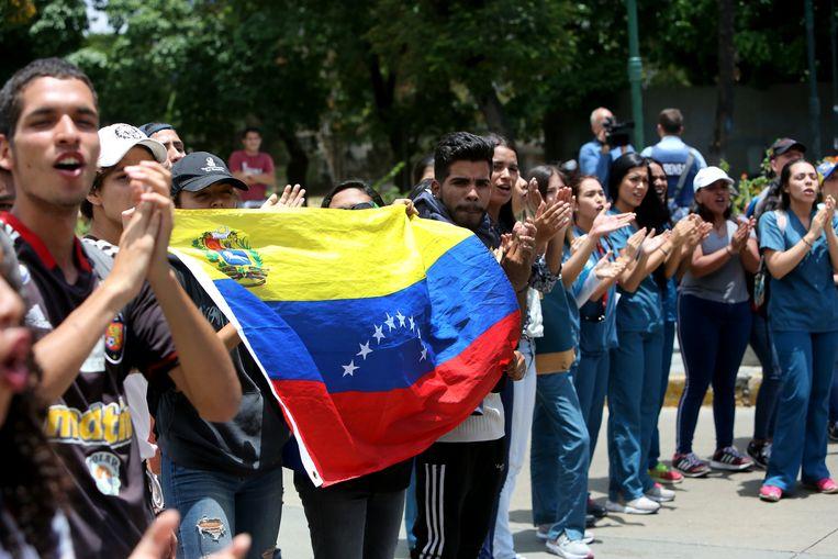 Studenten betuigen steun aan de Venezolaanse oppositieleider Juan Guaidó, donderdag in hoofdstad Caracas.  Beeld Getty Images