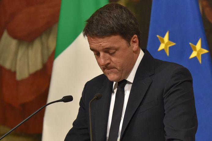 Matteo Renzi kondigt zondagnacht zijn aftreden aan.