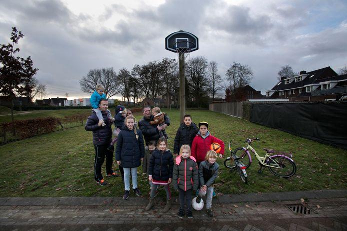 Ouders en kinderen op het speelveldje in de Nuenense wijk Eeneind (foto uit 2017). © DCI Media