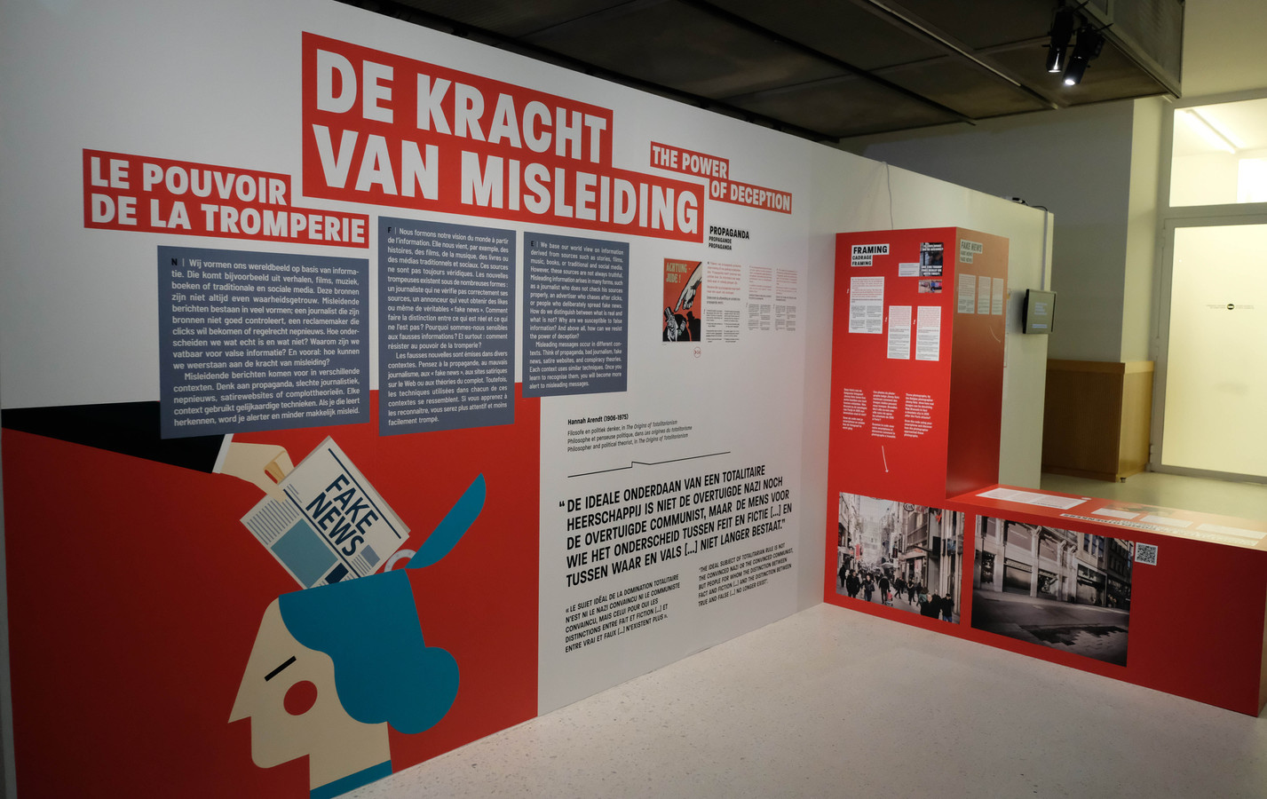 Tussen het historische materiaal vier interactieve opstellingen met actuele voorbeelden, die bezoekers moeten leren de mechanismen van stereotypen, vooroordelen, racisme, misleiding en humor te herkennen en doorprikken.