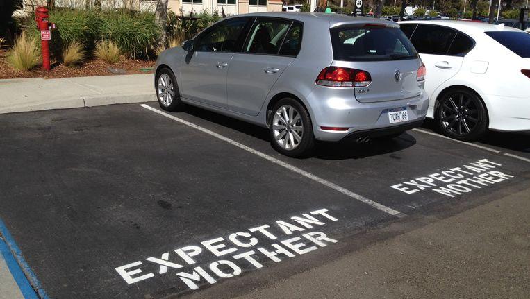 Een parkeerplaats voor zwangere vrouwen voor het hoofdkantoor van Facebook. Beeld Robin de Wever