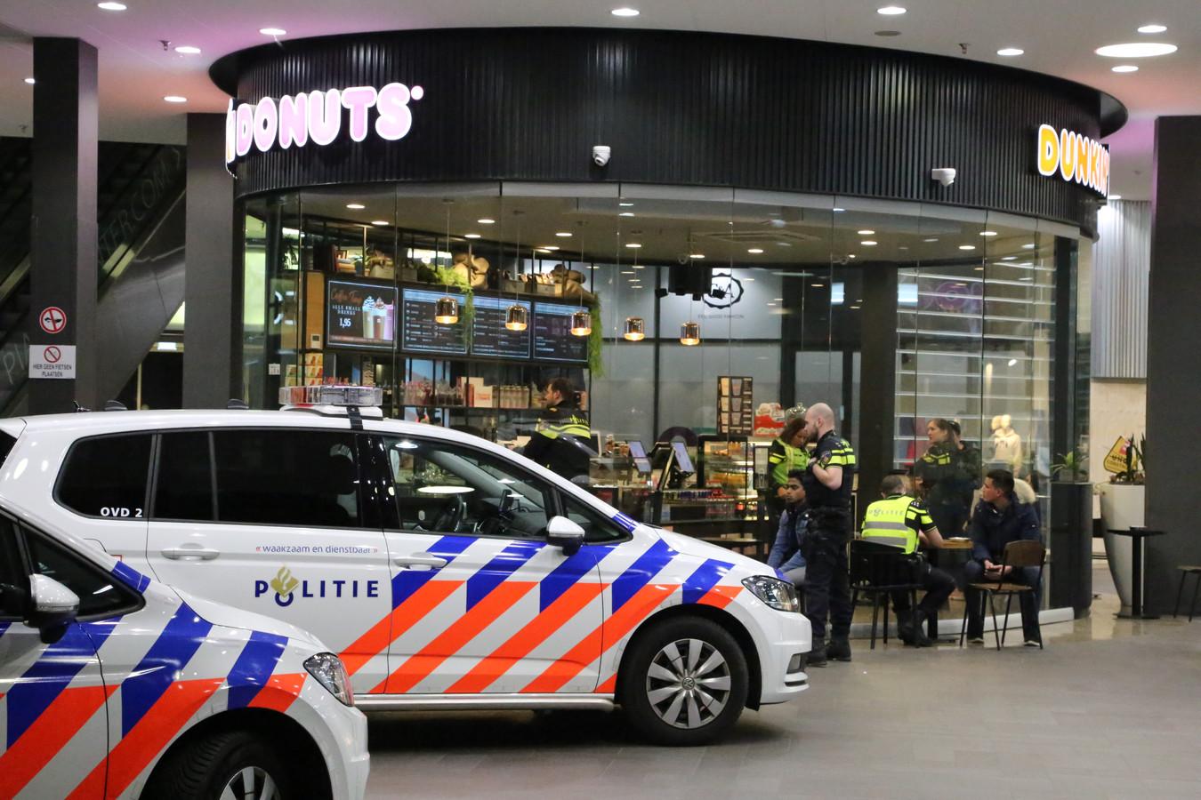Vlakbij het politiebureau en overduidelijk zichtbaar lijkt de Dunkin Donuts, in de Eindhovense Piazza, geen aangewezen plek voor misdaad. Toch werd er afgelopen Oudjaarsnacht ingebroken. Eerder sloeg ook de beruchte Rasta-overvaller er toe (foto).
