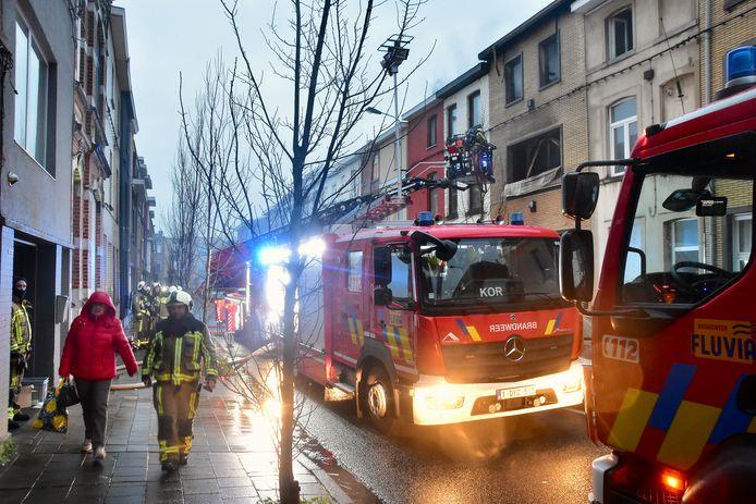 De brand haalde verwoestend uit in de Vooruitgangsstraat in Kortrijk. Twee woningen brandden uit, twee naastliggende huizen zijn onbewoonbaar.