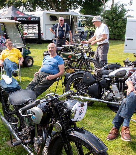 Rie van 82 jaar beheert camping de Hooiberg aan de Regge: elk jaar kijkt ze uit naar de klassieke motorclub
