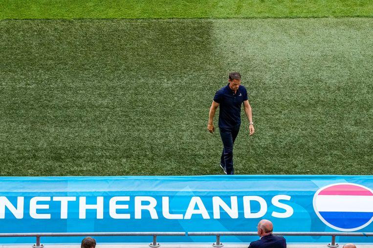 Bondscoach Frank de Boer zondag in Boedapest na de verloren achtste finale tegen Tsjechië. Beeld Pro Shots / Marcel van Dorst