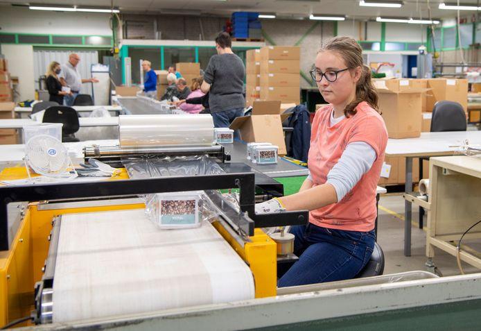 Nicolien Dunnewind werkt bij Larcom. Ze kan door de nieuwe overeenkomst op haar vertrouwde werkplek blijven.