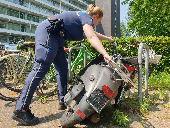 Een scooterwrak, aangetroffen bij de hoogbouwflats in de Bomenwijk in Nieuwerkerk aan den IJssel.