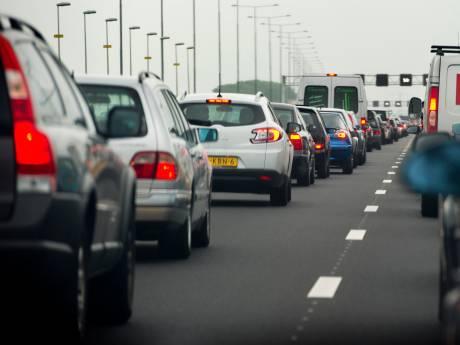 A27 bij Werkendam weer vrij na botsing vrachtwagen met gevaarlijke stoffen
