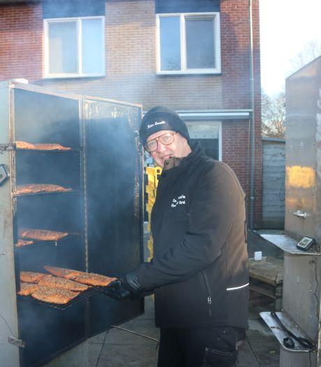 Deze zalmkunstenaar rookt honderden zalmen voor de feestdagen: wat is zijn geheim?
