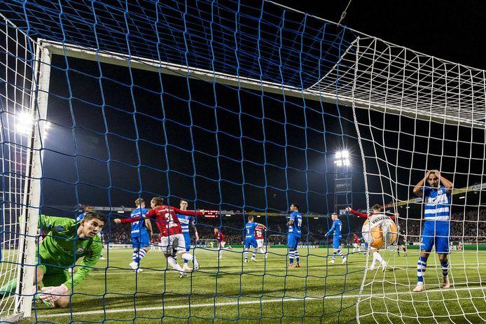 Fran Sol heeft Willem II op een 1-3 voorsprong gezet in Zwolle met zijn tweede treffer van de avond.