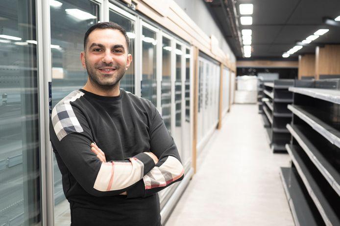 Erturun Yorgun in zijn nog lege winkel die binnenkort open gaat.
