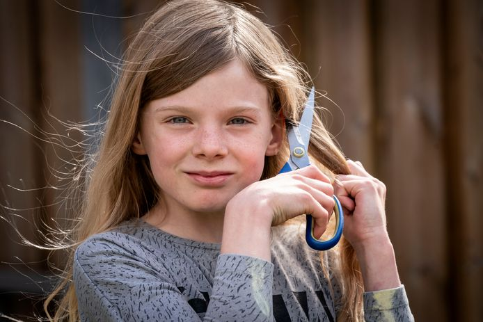 Evy van 9 doneert haar aan de stichting Haarwensen.
