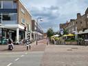 'Fietser te gast' staat op een bord aan het begin van de Stationsstraat. Fietsers en wandelaars kunnen nog maar aan één kant door de straat lopen.