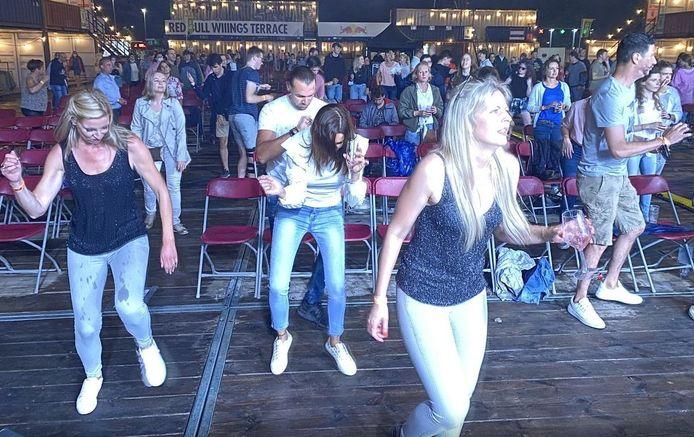 Ambiance tijdens het optreden van Regi, zaterdag op Depart XXL in Kortrijk. Dansen mag, maar niet voor het podium. In je eigen bubbel blijven, is voortaan de boodschap.