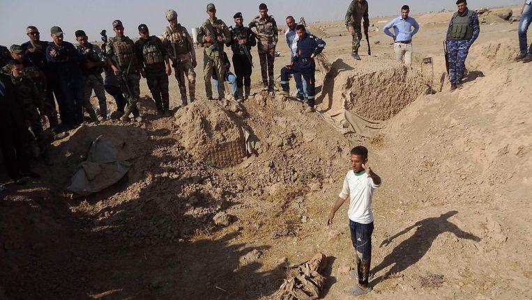 Een van de vermoedelijke massagraven in het gebied al-Bakara, net boven de stad Hawija. Beeld afp