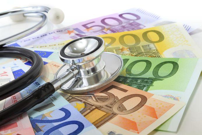Gezondheidseconoom Wim Groot denkt dat de zorgpremies volgend jaar met gemiddeld 150 euro zullen stijgen.