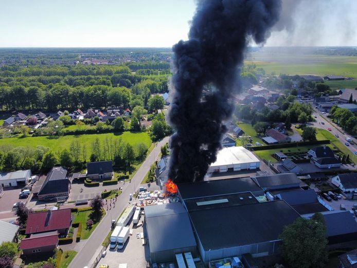 Er komt veel rook vrij bij de brand bij Rhodos in Oldebroek