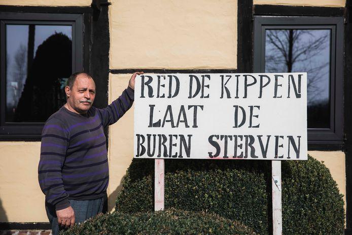 Buurtbewoner Jos Houbrechts (65) werd jarenlang geteisterd door geuroverlast, maar kon de uitbreiding van de kippenstal tot halt brengen.