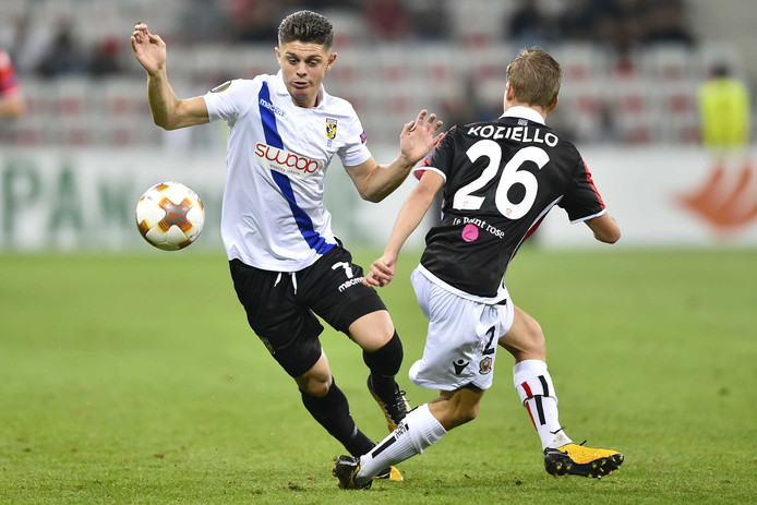Milot Rashica passeert Vincent Koziello van OGC Nice in de Europa League.