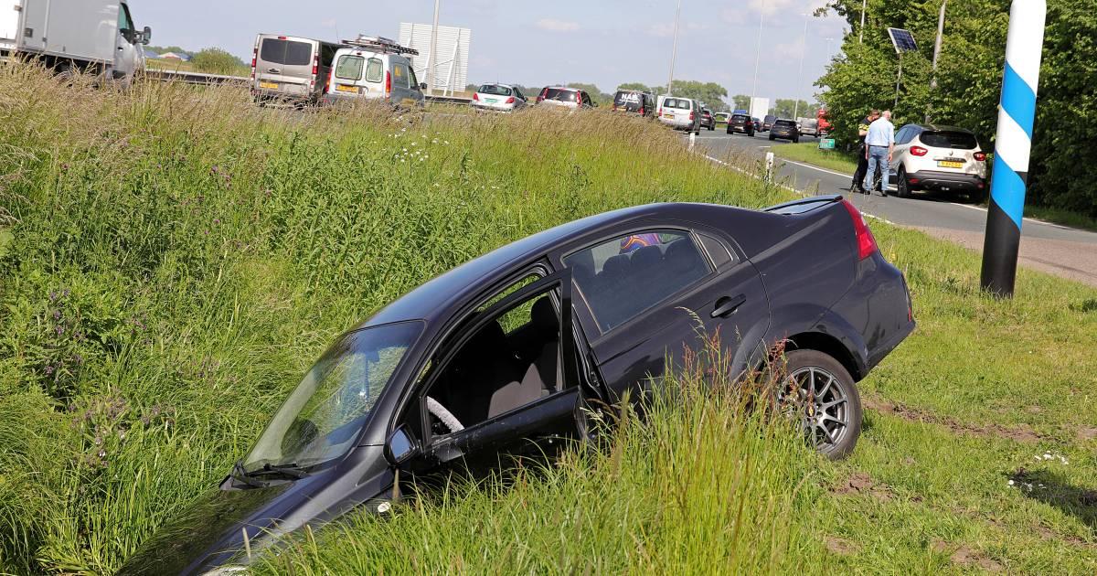 Auto belandt in sloot door botsing bij inhaalpoging in Waalwijk.
