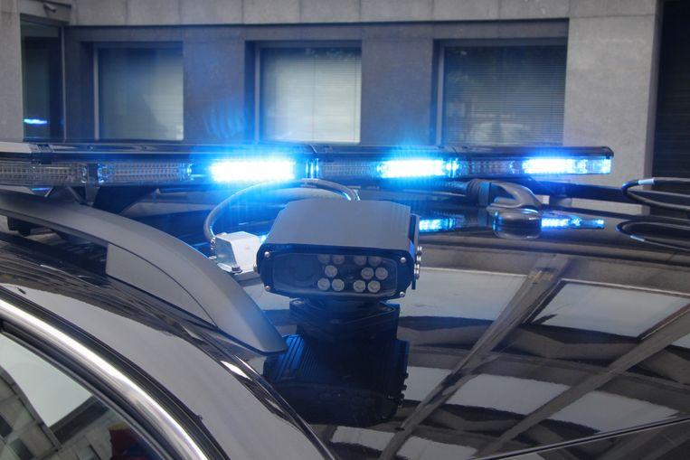 Een moderne lichtbalk en ANPR-camera's op het dak van een politievoertuig van de zone RIHO.