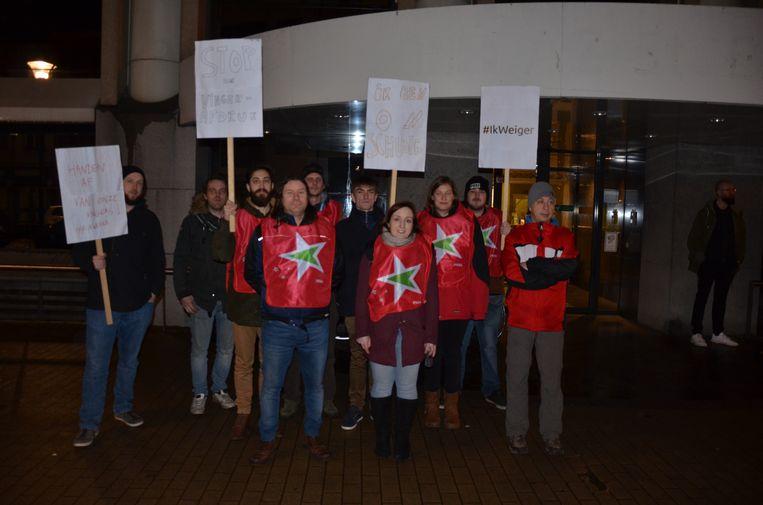 PVDA Lokeren voerde actie voor de start van de gemeenteraad als protest tegen de vingerafdruk op de nieuwe identiteitskaart.