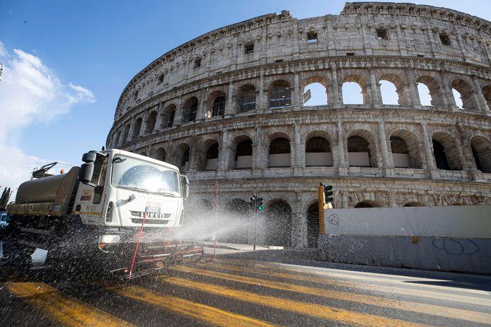 Desinfectie-wagen bij het Colosseum in Rome.