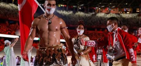 Daar is 'ie weer! De halfnaakte ingeoliede vlaggendrager uit Tonga