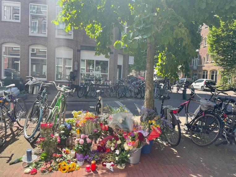 Bloemen voor de twee overleden tieners op de hoek van de Groen van Prinstererstraat en de Cliffordstraat. Beeld Raounak Khaddari