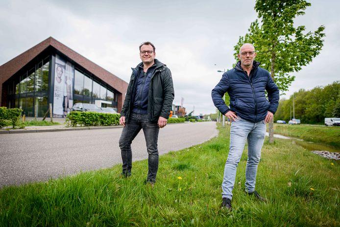 Hans Jansink (rechts) en Joost Bekkink, accountmanagers van de gemeente, op bedrijventerrein Het Oosterveld.