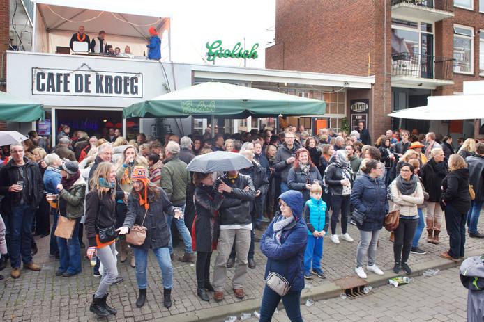 27 april 2017. De eerste keer dat Koningsdag vanwege de dreigende sluiting van het café voor de laatste keer werd gevierd bij Café De Kroeg in de Nieuwstraat.