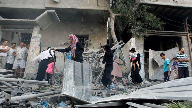 Palestijnen vluchten uit hun huizen. Beeld REUTERS