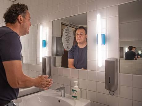 Handen wassen tot je uitgelezen bent: gedichten op spiegels in Zwolle