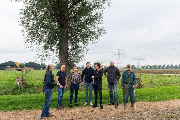 De nieuwe hoogspanningslijn komt vlak langs woningen in buurtschap De Kattekraam nabij Zevenbergschen Hoek, tot groot ongenoegen van bewoners. Maar de Moerdijkse politiek hoopt minister Wiebes nog op andere gedachten te brengen.