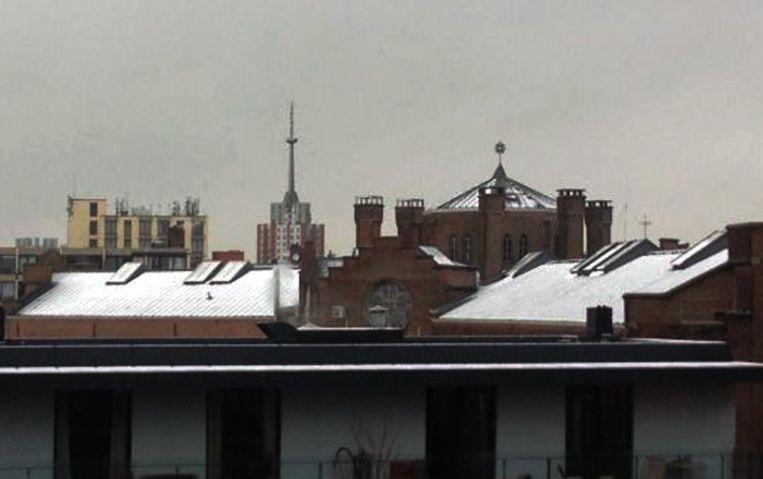 Een wit laagje op het dak van de Leuvense hulpgevangenis.