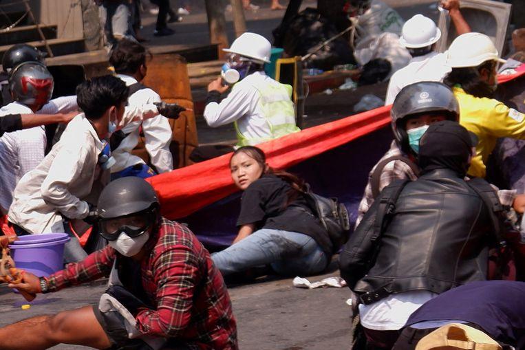 Een 19-jarige demonstrante ligt in de stad Mandalay op de grond tijdens een protest voordat ze in het hoofd wordt geschoten door veiligheidstroepen. Beeld Reuters