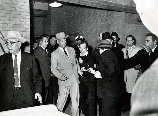 Nachtclubeigenaar Jack Ruby schiet in de kelder van het politiegebouw in Dallas de verdachte, Lee Harvey Oswald, neer. Dat gebeurde twee dagen na de moord op Kennedy.
