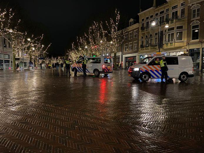 De politie was maandagavond nadrukkelijk aanwezig op de Brink in Deventer.