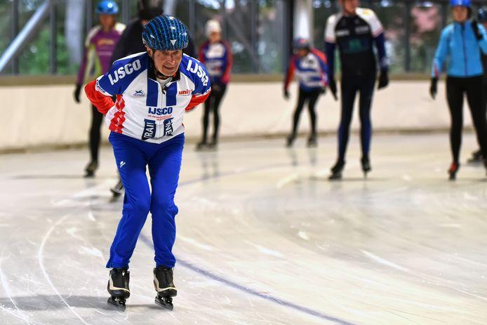Goof Huijben is op zijn 81e nog steeds actief trainer bij IJSCO in Oosterhout. Maandag begon het schaatsseizoen weer en Goof was erbij.