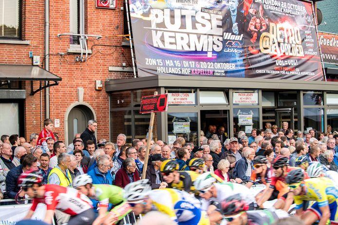 Een wielerfeest in stampvolle cafés met vrolijk aangeschoten volk, zo hoort de Sluitingsprijs Putte-Kapellen te zijn. Zie daar maar eens een QR-code te scannen...