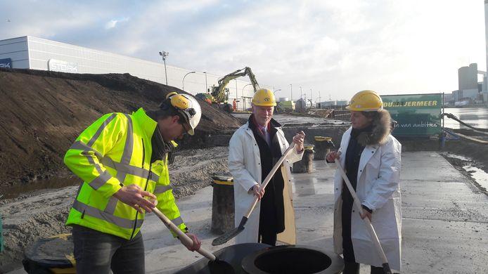 De symbolische start van de bouw van de brug. Vlnr André van der Vegt, Jan Bron en Sanne Elferdink.