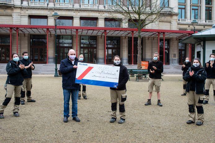 Zoofanaat Ronny Mullens schenkt cheque 10.000 euro aan Zoo-verzorgers.