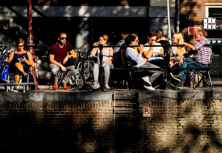 Mensen genieten op het terras van het mooie weer. Beeld Hollandse Hoogte /  ANP