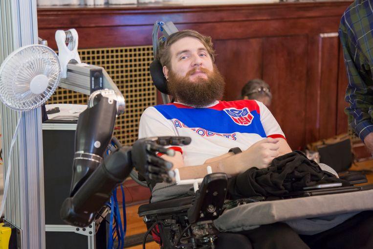 Proefpersoon bestuurt en voelt met de robotarm dankzij een hersenimplantaat Beeld UPMC/Pitt Health Sciences
