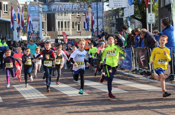 Om 12.00 uur gingen de eerste lopers van start. Fanatiek liepen zij de 1 kilometer.