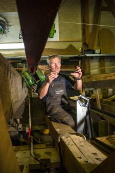 Cees stak duizenden uren in de restauratie van botter EB15 in Elburg: 'Nu nog breeuwen en hij is waterdicht'