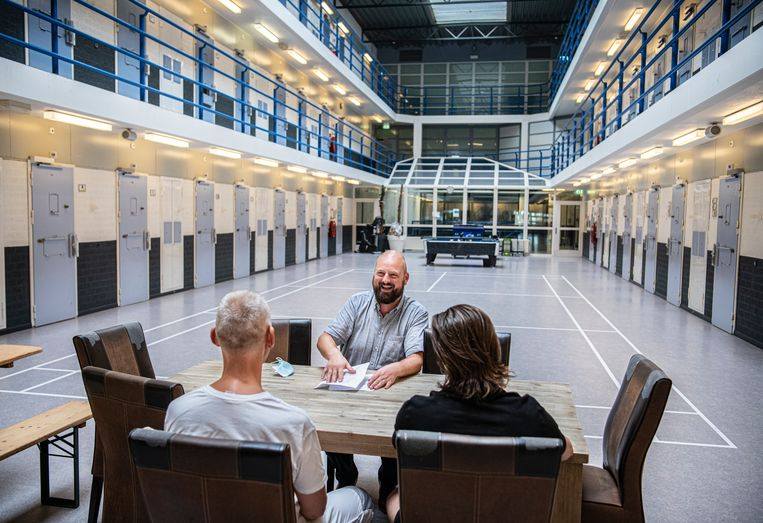 Gevangenisdirecteur Toon Molleman in de centrale hal van  de PI in Arnhem. Beeld Koen Verheijden