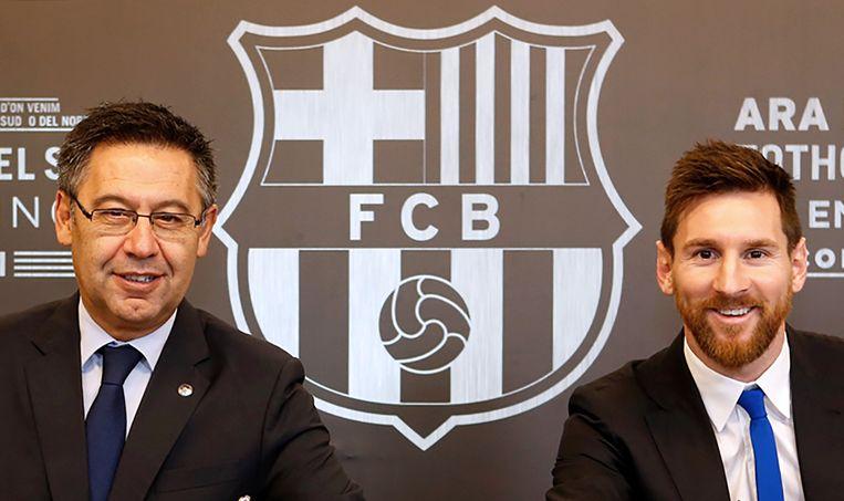 Oud-president van FC Barcelona Josep Maria Bartomeu en Lionel Messi glunderen nadat de Argentijn zich in 2017 aan de Catalaanse club heeft verbonden tot 2021.  Beeld AFP
