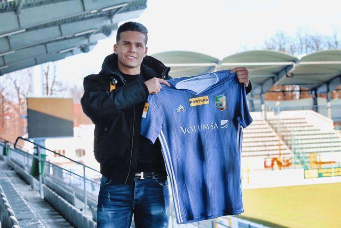 Byron Burgering in Polen met het shirt van zijn nieuwe club.
